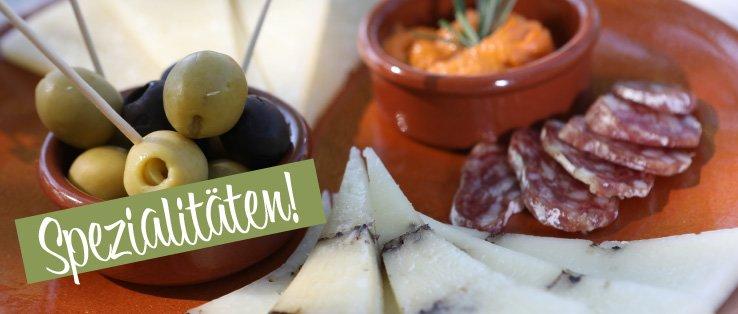 portugisische Salami und spanischer Käse auf Teller